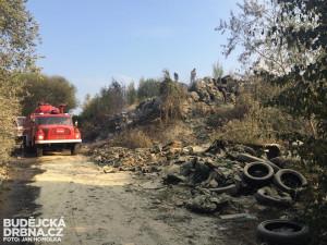 Hasiči bojovali s požárem skládky v Budějcích, pozemek patří mimo jiné i ministerstvu obrany