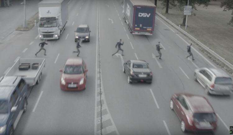 Chodec přebíhající silnici. Nezodpovědnost, nebo podařený trik?