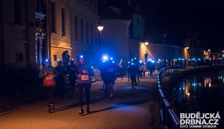 FOTO: Běžci svými čelovkami rozsvítili České Budějovice