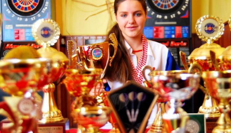 Patnáctiletá dívka z Budějcka dobývá šipkařský svět