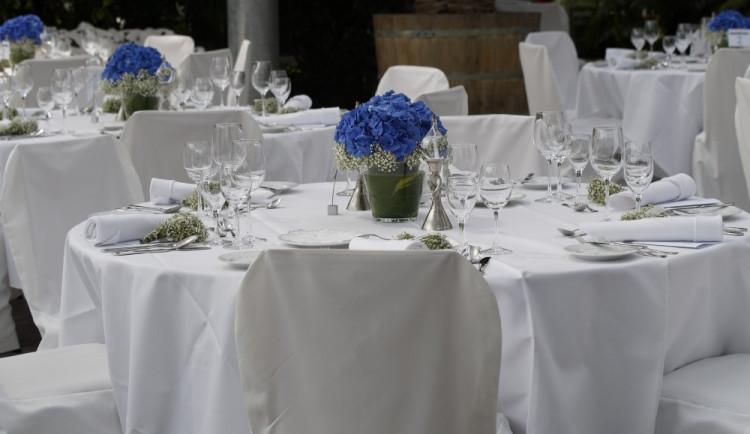 Střet číšníka s hostem narušil svatební hostinu v Novosedlech nad Nežárkou