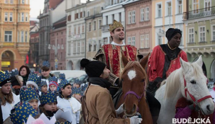 FOTO: Příjezd Tří králů na budějcké náměstí udělal symbolickou tečku za vánočním obdobím