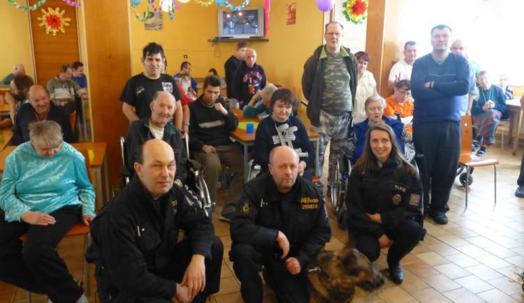 FOTO: Zdravotně postiženým z domova Sociální pohoda udělali radost policisté se psy