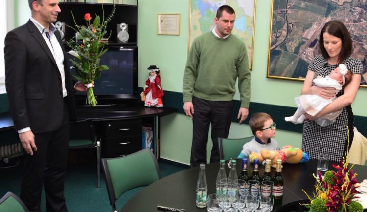 Hejtman předal Terezce z Protivína, která byla prvním jihočeským miminkem roku, zlatý přívěsek