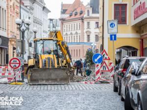 V ulici u divadla opět pracují bagry. Místním podnikatelům se to nelíbí