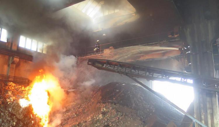 V Ražicích v sobotu hořely rozdrcené pneumatiky ve výrobní hale