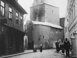 Věž Manda byla zcela zbytečně stržena vroce 1904. Učinila místo nově otevřené ulici
