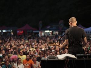 Nový hudební objev Thom Artway poprvé v Přeštěnicích