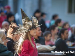 VIDEO: Letní scéna budějcké Slavie se hemžila čarodějnicemi. Dívky na košťatech tam měly slet
