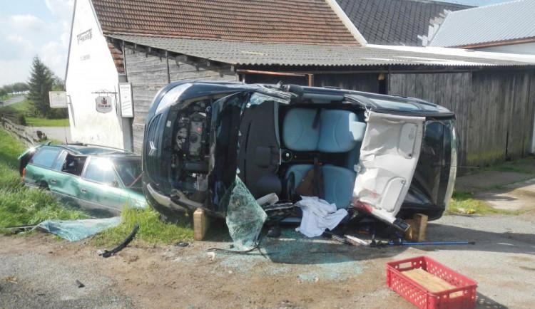 V Křižanově se srazila dvě osobní auta, pro zraněného řidiče přiletěl vrtulník