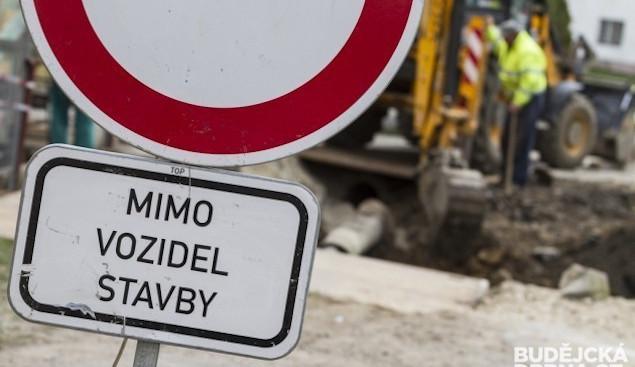 DOPRAVNÍ INFO: V Křemži spadla opěrná zeď, silnice je uzavřena