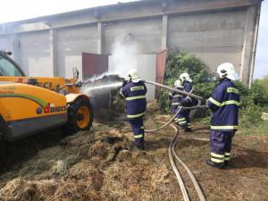 Hasiči na Táborsku likvidují požár skladu se senem a dusíkatými hnojivy