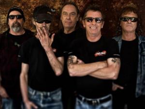 Dlouholetý bubeník AC/DC Phil Rudd zahraje v Budějcích!