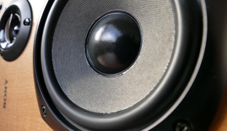 Hlasitá hudba obtěžuje obyvatele na Husově třídě. Soused výzvu strážníků ignoroval