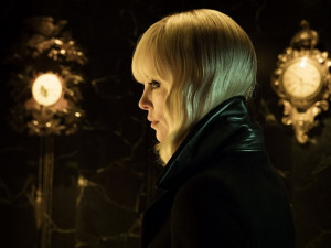 FILMOVÉ PREMIÉRY: Bohyně Charlize Theron v drsárně Atomic Blonde