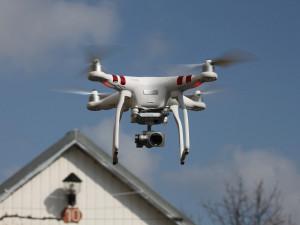 Pro létání s drony platí jasná pravidla. Nesmí obtěžovat lidi a musí dodržovat odstup od budov