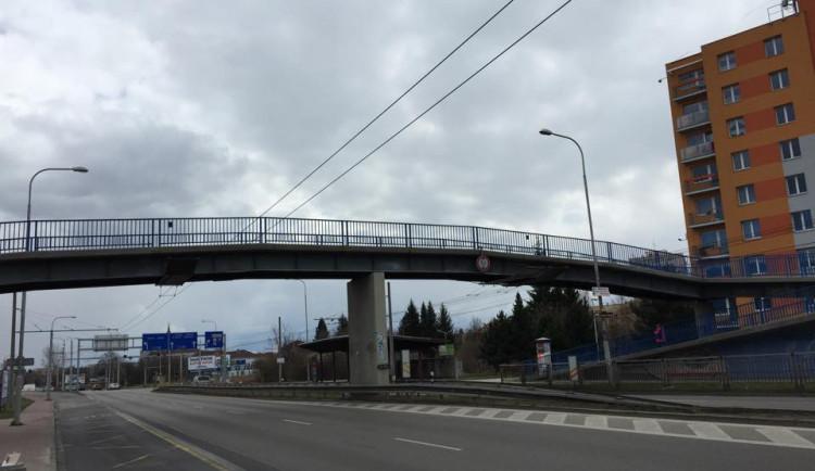 Sanace železobetonové konstrukce omezí provoz pod pěší lávkou na Strakonické ulici