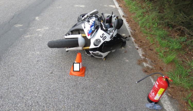 Motorkář přepadl při prudkém brzdění přes řídítka. K hranicím pro něj musel vrtulník