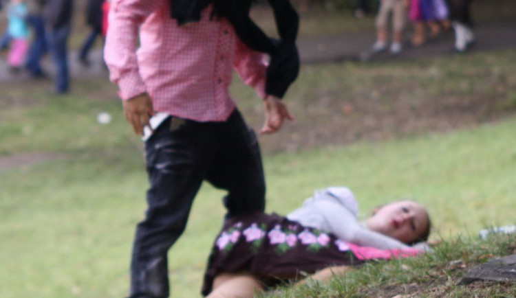 Nezletilá dívka ležela na sídlišti v altánu. Opilá nebyla schopná vstát