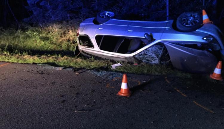 Mladý muž nezvládl vůz a skončil v příkopu. Po převozu do nemocnice zemřel