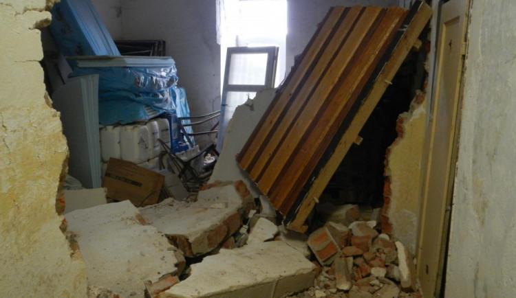 Na dělníka se při práci zřítila zeď. Život mu nezachránil ani rychlý přílet vrtulníku