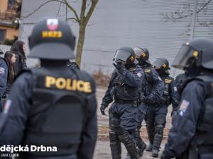 Policejní zásahová jednotka sundavala ze střechy banky v centru Budějc mladého muže
