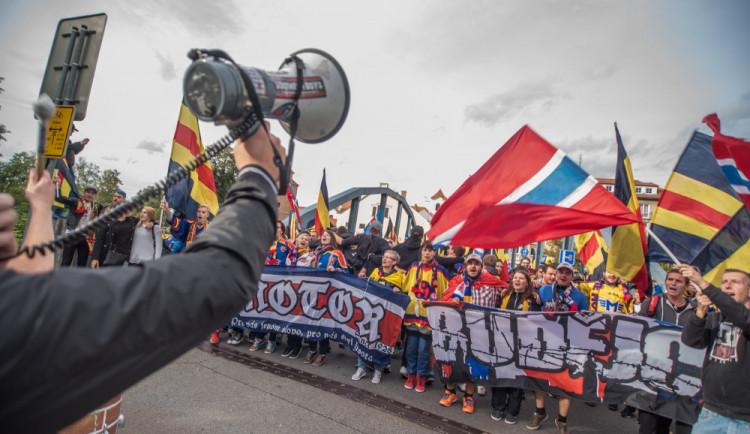 VIDEO: Průvod fanoušků Motoru prošel před vítězným duelem se Slavií městem