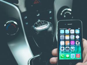 Řidiči věnují minimálně třetinu času aktivitám nesouvisejícím s bezpečnou jízdou