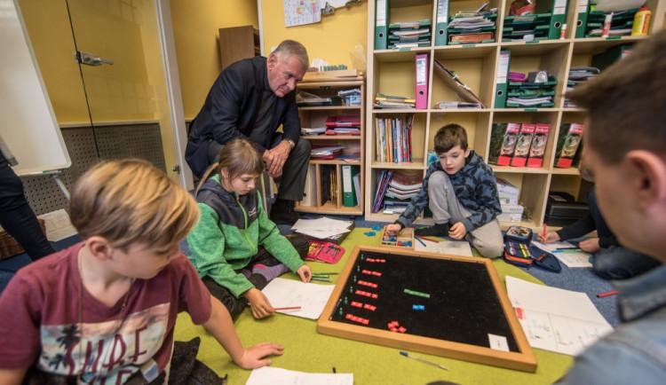 Děti jsou i při učení šťastné, neskrýval nadšení z montessori školy kandidát na prezidenta