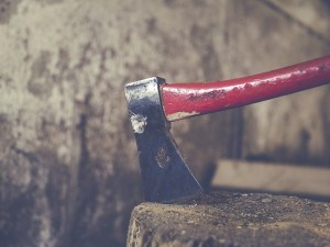 Starostu Jistebnice na Táborsku napadl na radnici starší muž sekerou a nožem