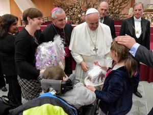 FOTO: Jihočeši osobně obdarovali papeže Františka. Dostal perníčky, obrázek, dres a pivo
