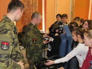 Děti ze dvou budějckých základek se setkaly s bechyňskými vojáky