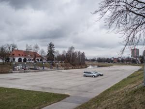 Parkování na náplavce se odsouvá. Město vypisuje nové výběrové řízení