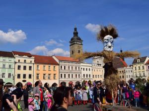 Lidé v Budějcích vyprovodí zimu starodávným pohanským zvykem. Vynesou z města Moranu
