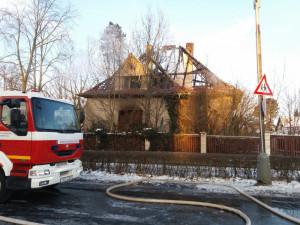 Při nočním požáru rodinného domu v Čimelicích na Písecku zemřeli dva lidé