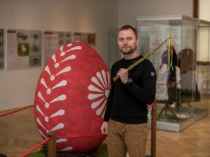 Martin Bach udržuje vČeských Budějovicích tradici pletení pomlázek