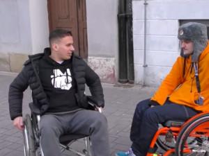 VIDEO: Slavný youtuber si v Budějcích zkusil jeden den na invalidním vozíku