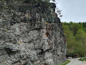 Podle Povodí Vltavy vodáci částí řeky, nad níž hrozí sesuv skály, projedou