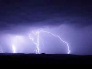 Většinu Česka mohou zasáhnout silné bouře