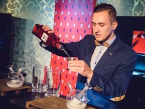 V dětství chtěl být superhrdinou, ale stal se barmanem. Jan Lukas míchá drinky i ve světě