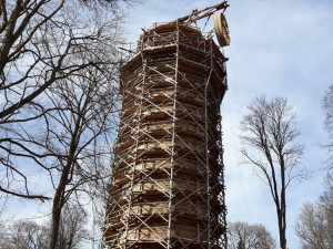 Na věži Jakobínka se roztočilo kolo repliky středověkého jeřábu