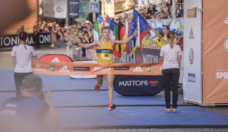 FOTO: Budějcký půlmaraton vyhrál Brit. Nejlepším Čechem byl Pavlišta, cílem proběhli i indiáni