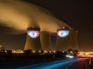 VIDEO: Velký noční hlídač otevřel na věžích v Temelíně obří oči. Byla to fantastická podívaná