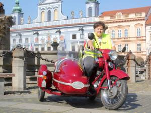 VIDEO: Plním si sny, tvrdí žena z Budějc, která hodlá za sedm dnů objet na staré jawě republiku