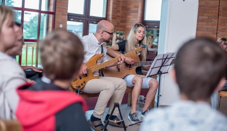 VIDEO: Děti z budějcké Arpidy nahrály s kapelou Vypsaná fixa jejich píseň Čtyři slunce