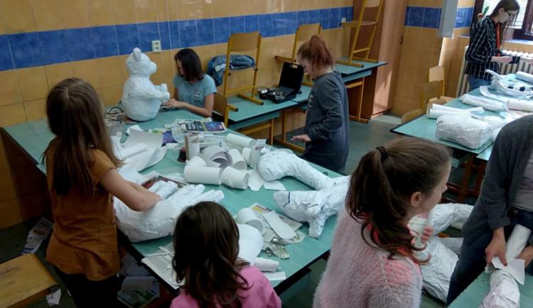 Školáci z budějcké Dukelské se rozloučí se školním rokem Květinovou slavností