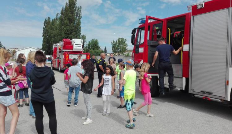 Děti ze základní školy v Jindřichově Hradci se od hasičů učily první pomoc