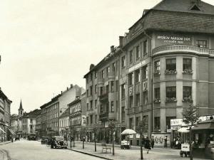 MĚSTO PŘED STO: Auta jezdila do roku 1939 vlevo. Změna ve městě způsobila dopravní chaos