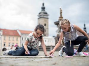 VIDEO: Děti barevně vyzdobily budějcké náměstí. Tancem odháněly déšť