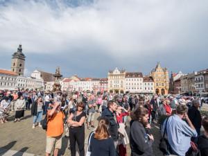 Přes dvě stě lidí na náměstí demonstrovalo proti vládě podporované komunisty